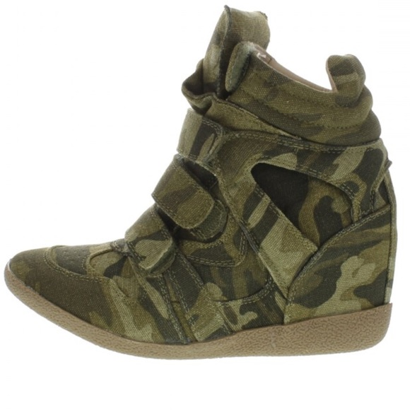 44d7568233c Steve Madden Hilight Camouflage Wedge Sneakers. M 5b29bfc9951996aaaab8abae